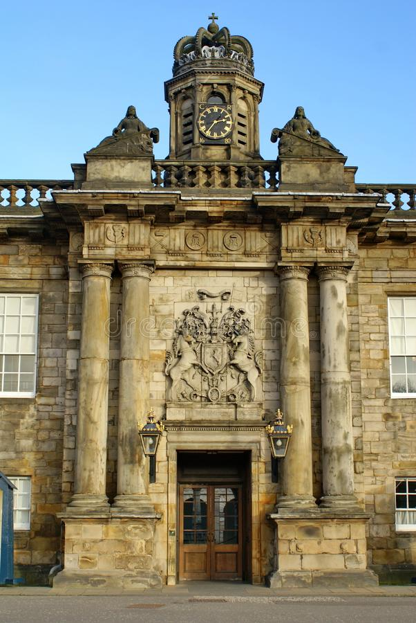 Manteau des bras au-dessus de l'entrée au palais de Holyrood à Edimbourg, Ecosse images libres de droits