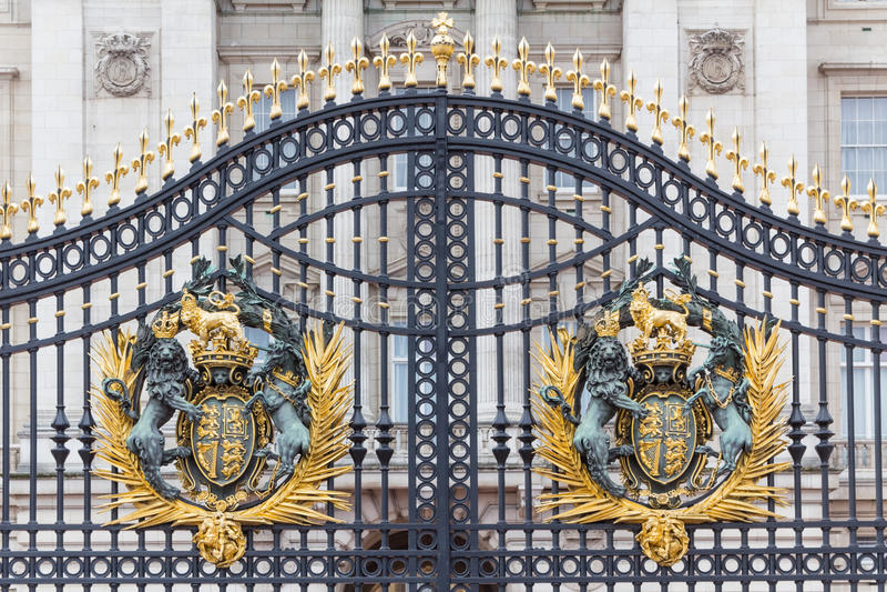 Manteau des bras royal à la porte principale de Buckingham Palace images stock