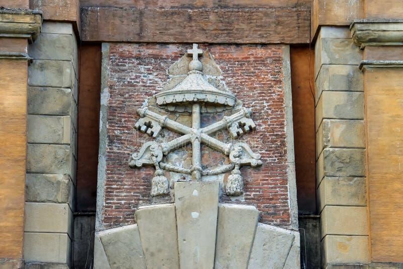 Manteau des bras sur la porte antique Galliera à Bologna photo libre de droits