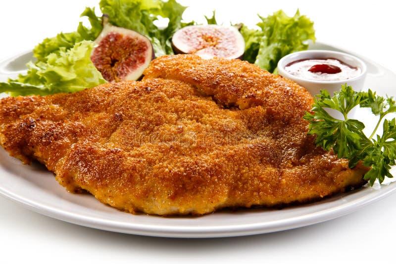 Manteau frit de côtelette de porc en chapelure et salade végétale photos libres de droits