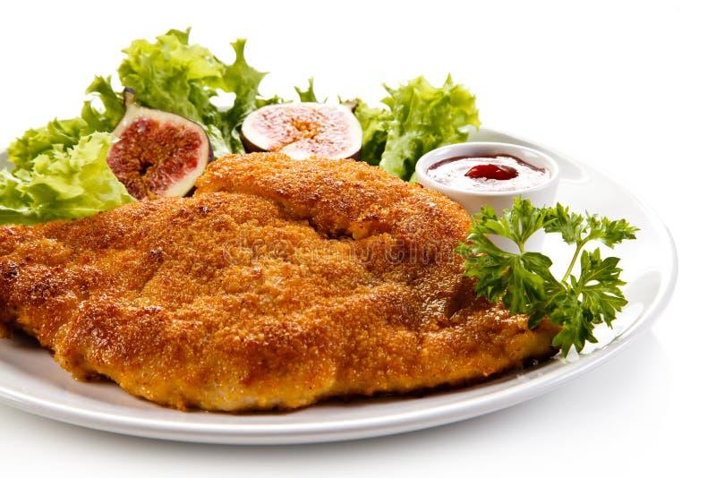 Manteau frit de côtelette de porc en chapelure et salade végétale image stock