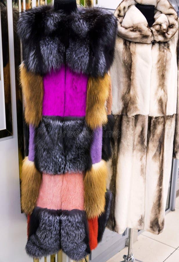 Manteaux de fourrure femelles lumineux photos stock