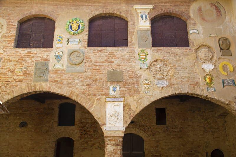 Manteaux des bras nobles antiques dans Palazzo Pretorio de Certaldo images stock