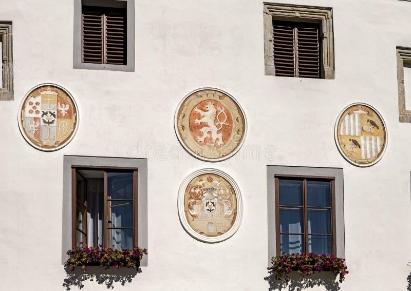 Manteaux des bras sur la façade de l'hôtel de ville de Cesky Krumlov, République Tchèque images stock