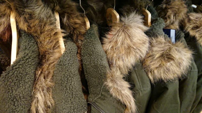 Manteaux verts d'hiver de fourrure photos stock