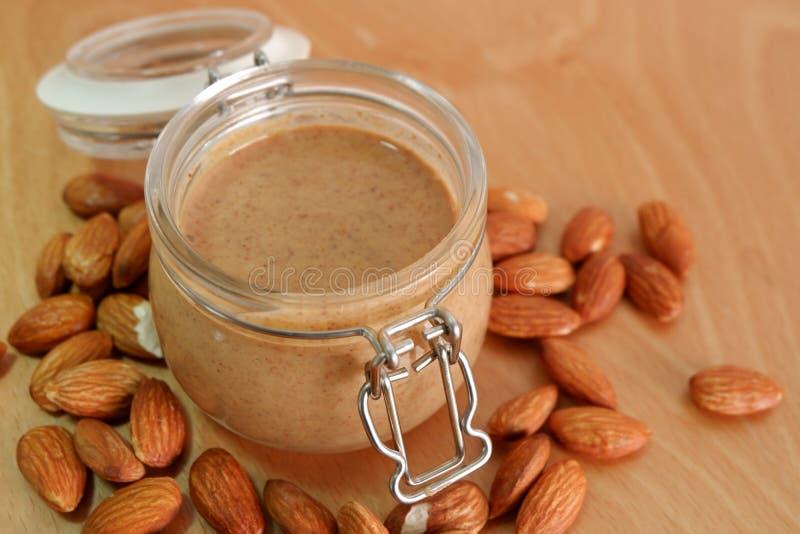 Manteiga de amendoim da amêndoa no frasco imagem de stock