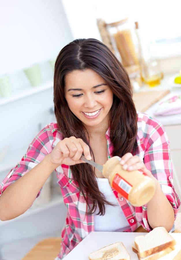Manteiga de amendoim de espalhamento da mulher asiática fotos de stock