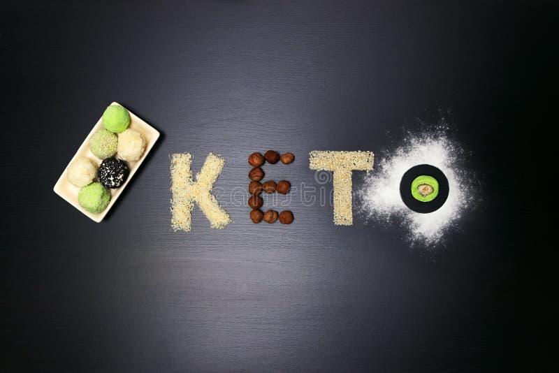 Manteiga de amendoim gorda do keto, bolo de queijo, chá das bolas do matcha no fundo de madeira preto escuro receitas do chá das  fotos de stock