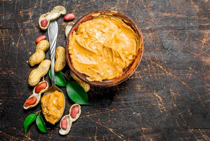 Manteiga de amendoim na bacia fotos de stock