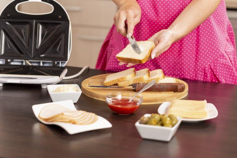 Manteiga de espalhamento sobre uma fatia do pão fotografia de stock royalty free