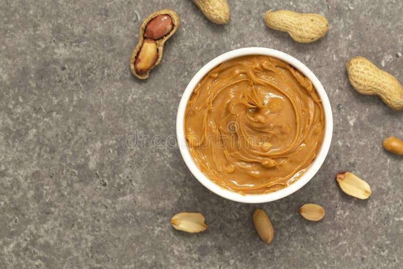 Manteiga e amendoins cremosos de amendoim Nutri??o e alimento biol?gico naturais Foco seletivo imagens de stock royalty free