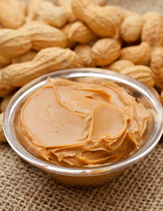 Manteiga e amendoins de amendoim na serapilheira imagem de stock royalty free