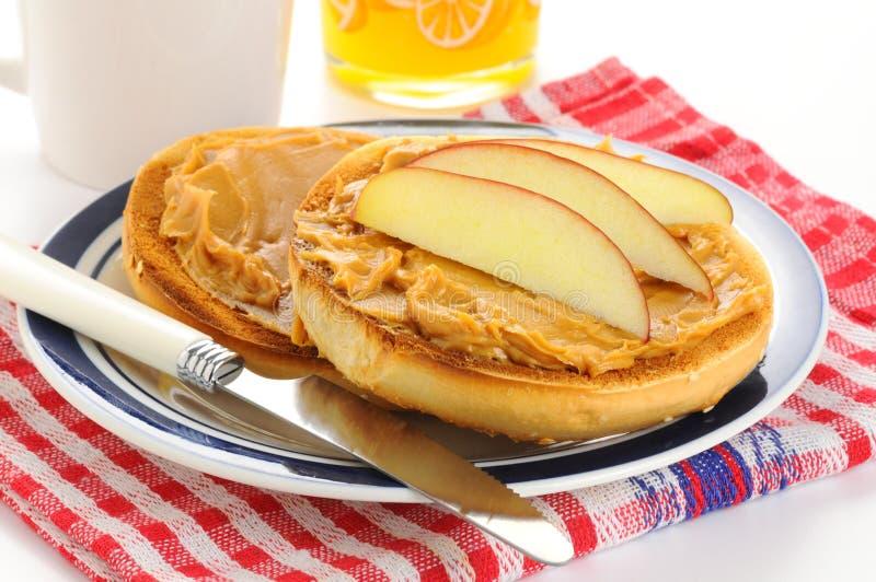 Manteiga e Apple de amendoim do Bagel imagens de stock