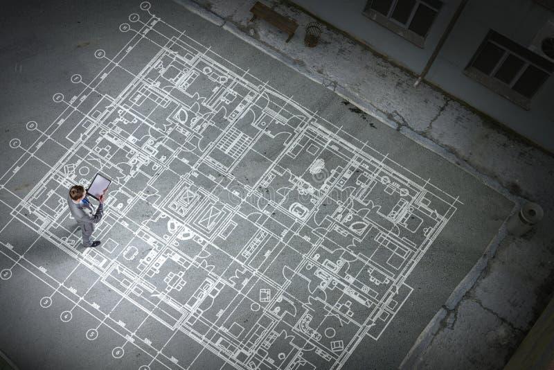 Mantekniker som tänker över hans plan Blandat massmedia arkivbild