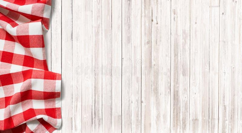 Mantel a cuadros rojo de la comida campestre en la tabla de madera sutil fotos de archivo libres de regalías