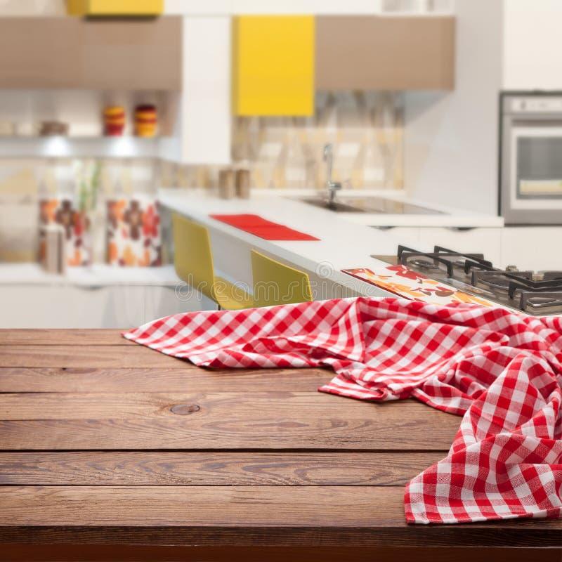 Mantel a cuadros rojo en la tabla de madera Mofa ascendente cercana de la opinión superior de la servilleta para arriba Fondo rús imagenes de archivo