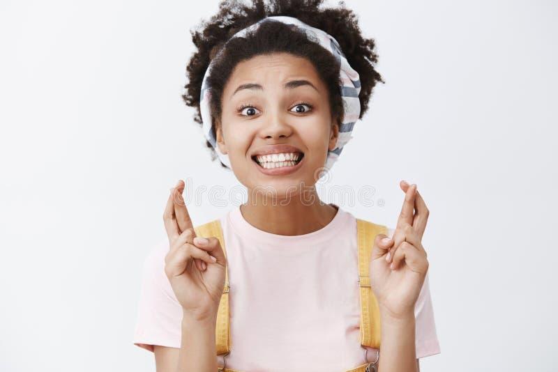 Mantendo meus dedos cruzados para você Retrato da mulher afro-americano bonita cheering bonita na faixa e fotos de stock royalty free