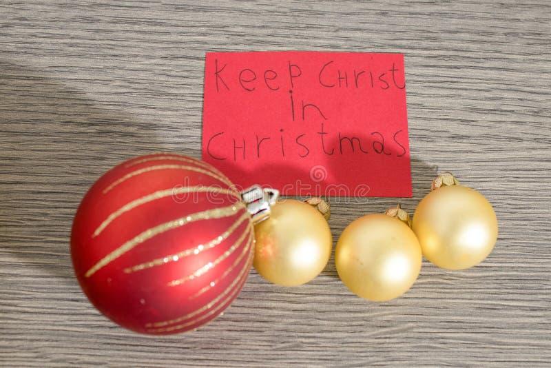 Mantenga a Cristo la Navidad escriben en un papel rojo con las decoraciones fotos de archivo libres de regalías