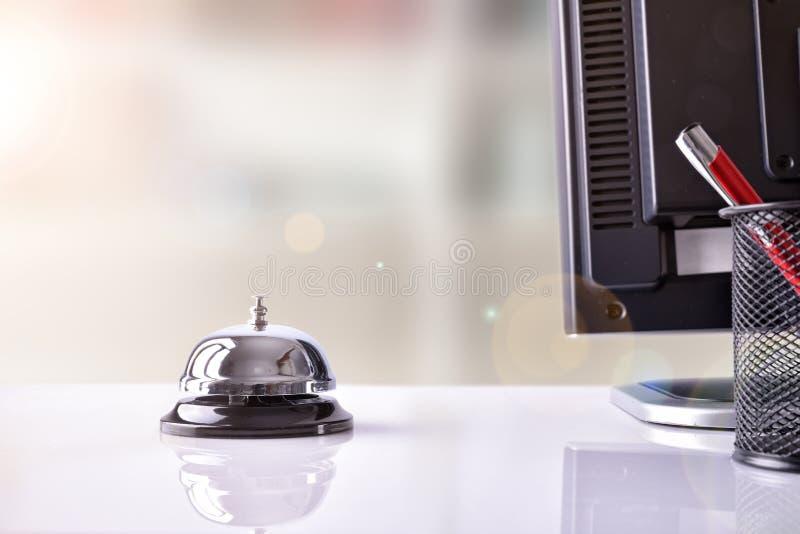 Mantenga la campana en la recepción del hotel con otros objetos foto de archivo