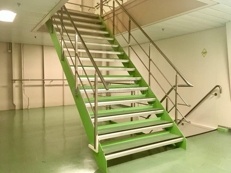 Mantenga las escaleras del equipo en la nave fotografía de archivo