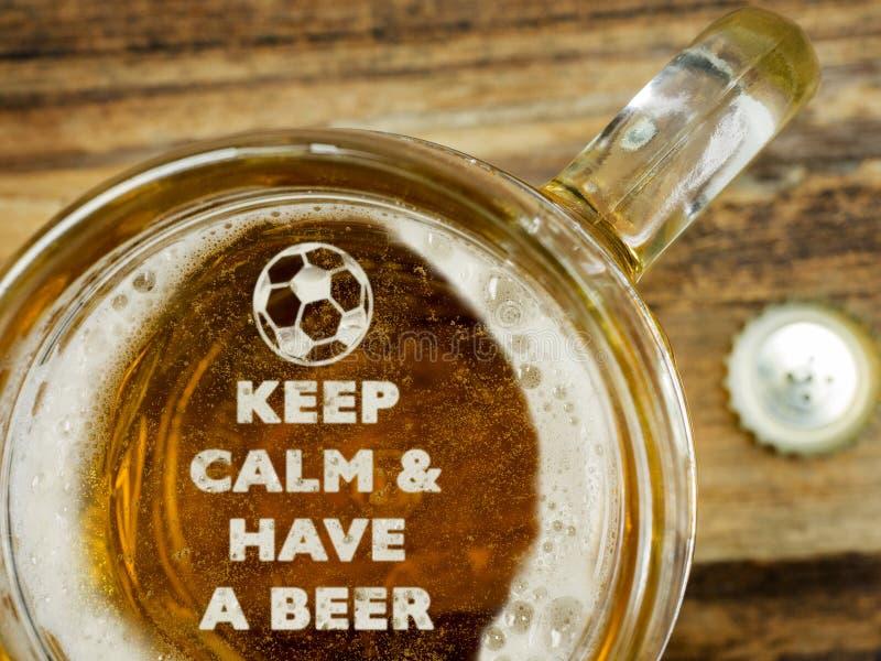 Mantenha a calma para comer uma cerveja foto de stock