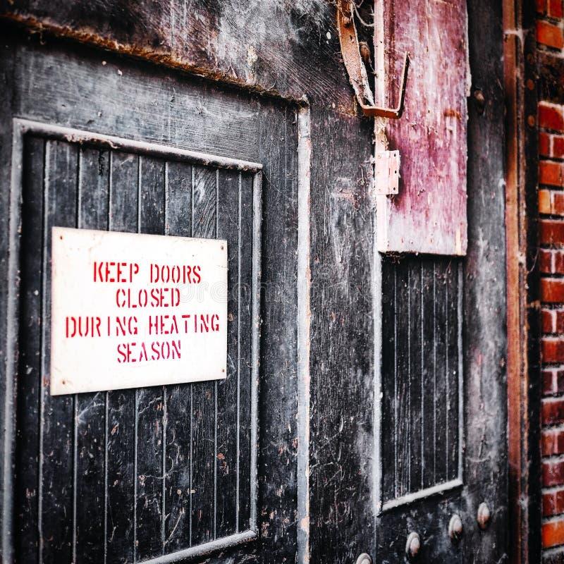 Mantenha portas fechados durante a estação de aquecimento fotos de stock