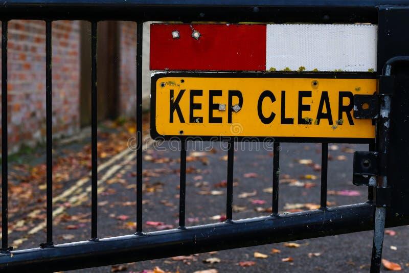 Mantenha sinal claro o fim bloqueado da rua acima fotos de stock