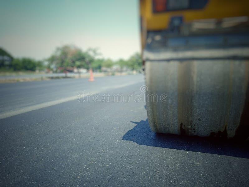 Mantenimiento de carreteras quemando los viejos materiales y mejorando calidad foto de archivo