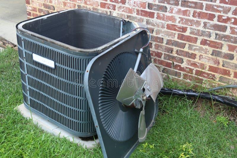 Mantenimiento del acondicionador de aire, bobina del condensador del compresor foto de archivo