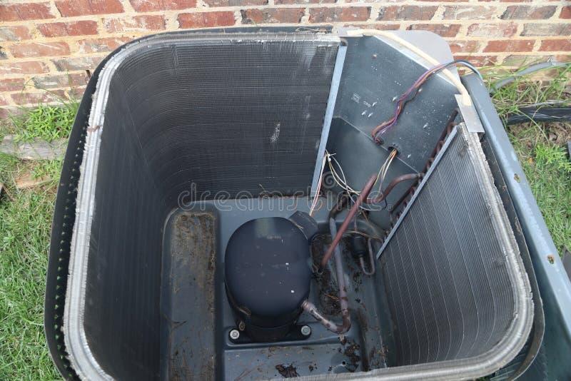 Mantenimiento del acondicionador de aire, bobina del condensador del compresor imagen de archivo