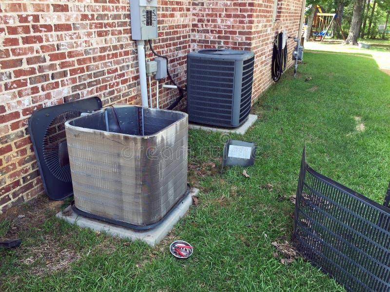 Mantenimiento del acondicionador de aire, bobina de limpieza del condensador fotos de archivo libres de regalías