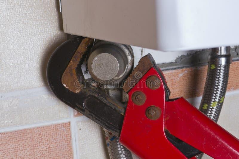 Mantenimiento del calentador de agua del gas imagen de archivo libre de regalías