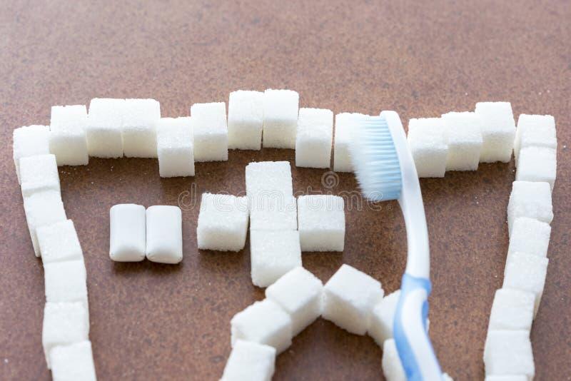 Mantenimiento preventivo de la carie Un compromiso de dientes sanos es un cepillo y un chicle Cuidado oral fotos de archivo
