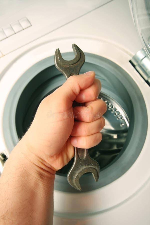 Mantenimiento una lavadora imagen de archivo libre de regalías
