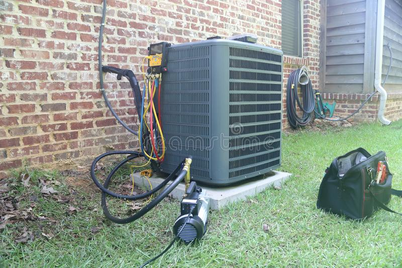 Mantenimiento y reparación caseros del acondicionador de aire imágenes de archivo libres de regalías