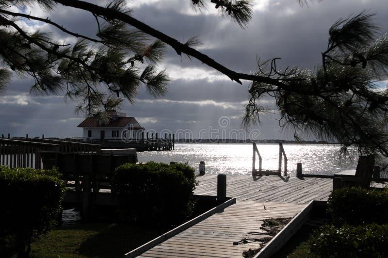 Manteo van de binnenstad vóór een onweer stock foto
