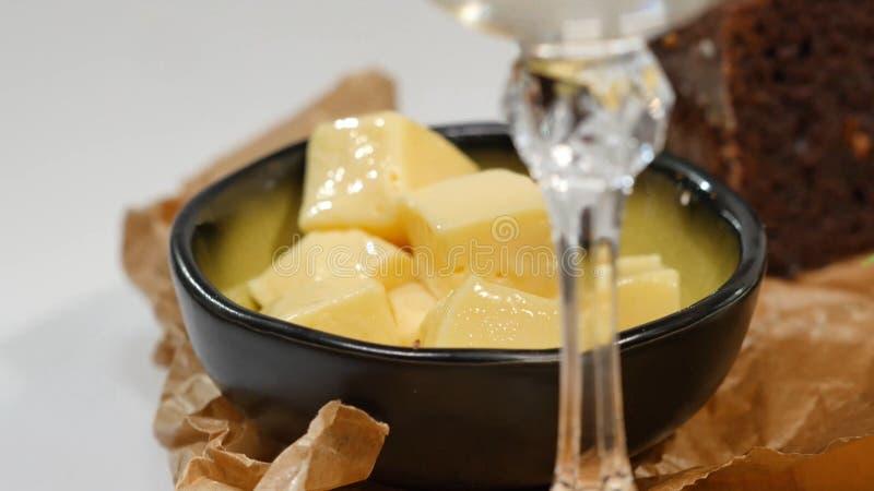 Mantequilla cortada en cuadritos, caviar, pan negro El cuenco de caviar rojo con la cuchara sirvió con pan, mantequilla e hierbas imagenes de archivo