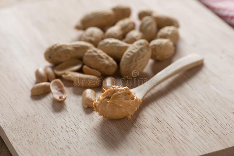 Mantequilla de cacahuete cremosa en una cuchara foto de archivo