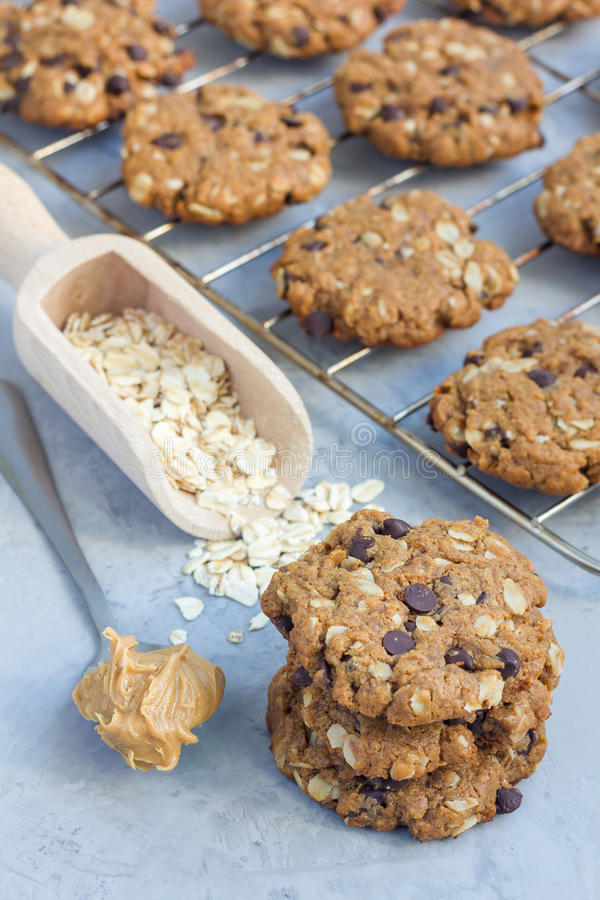 Mantequilla de cacahuete del gluten Flourless, harina de avena y galletas de microprocesadores de chocolate libres en el estante  fotografía de archivo libre de regalías