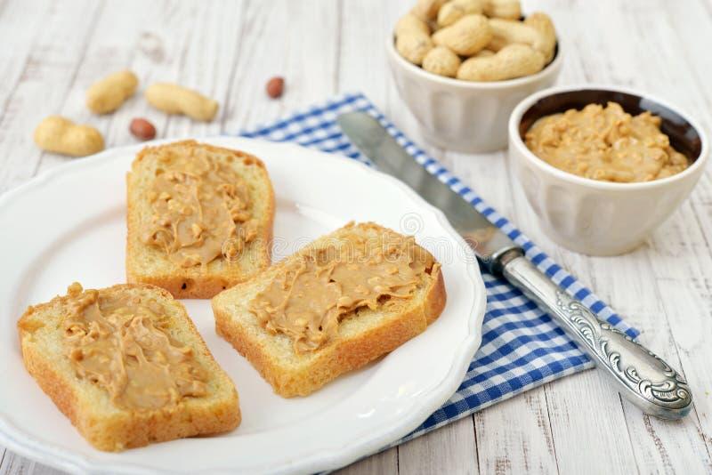 Mantequilla de cacahuete en tostada fotografía de archivo