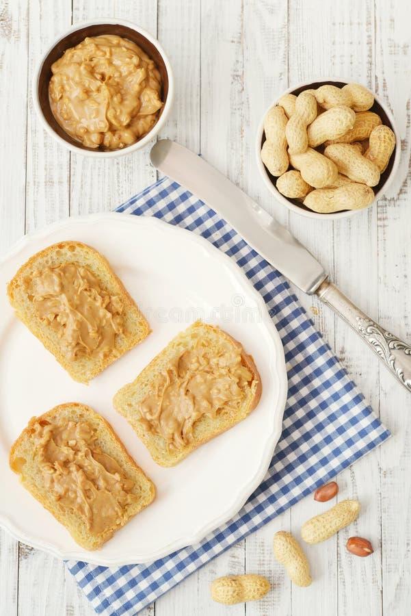 Mantequilla de cacahuete en tostada fotos de archivo
