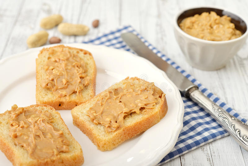 Mantequilla de cacahuete en tostada foto de archivo libre de regalías