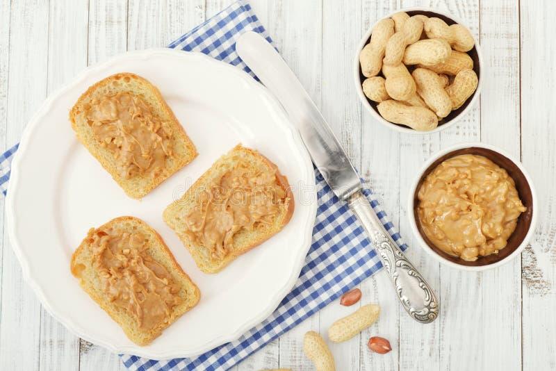 Mantequilla de cacahuete en tostada imagenes de archivo