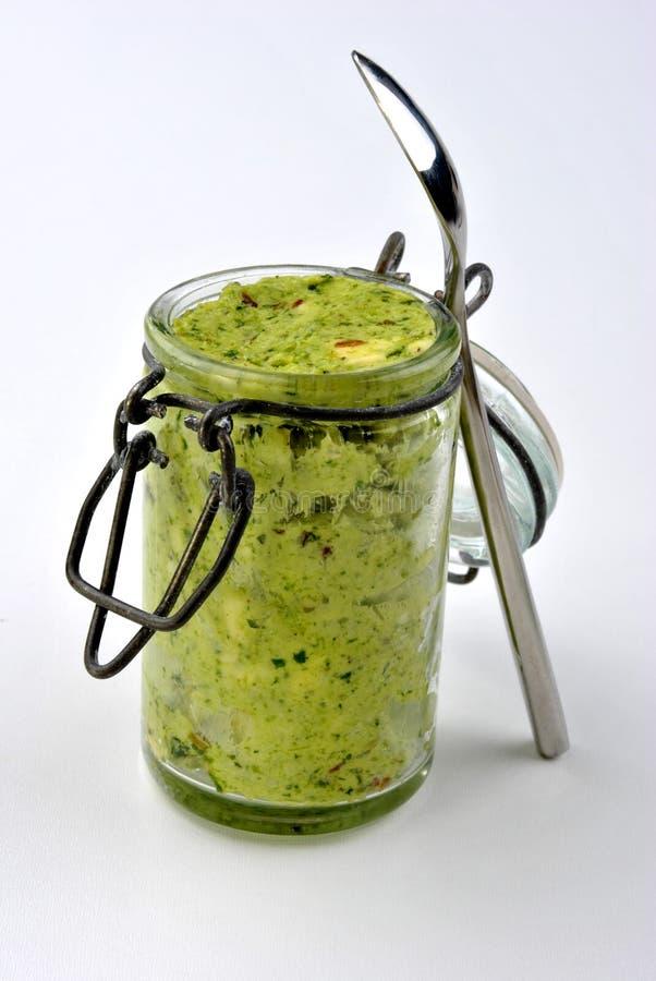 mantequilla de hierba fresca orgánica y una cuchara foto de archivo libre de regalías