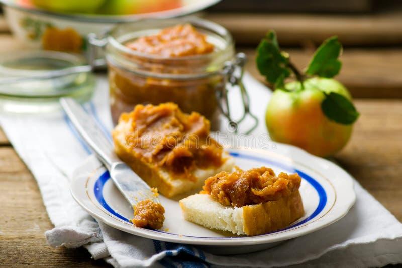 Mantequilla de manzana de caramelo en rebanadas del pan foto de archivo
