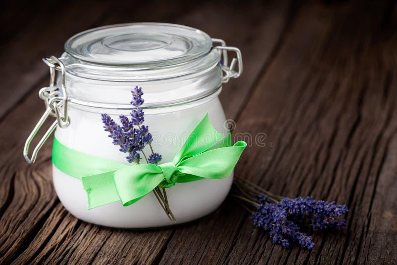 Mantequilla natural DIY del cuerpo de la lavanda y del coco fotos de archivo libres de regalías