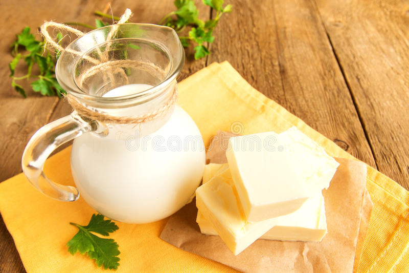 Mantequilla y leche fotos de archivo