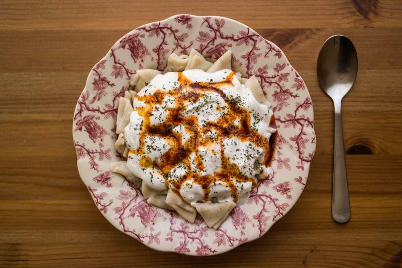 Manti/τουρκικό Ravioli με το γιαούρτι στοκ εικόνα