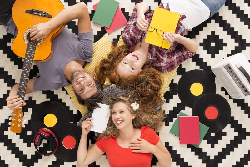 Manti della musica che mettono su un tappeto fotografie stock