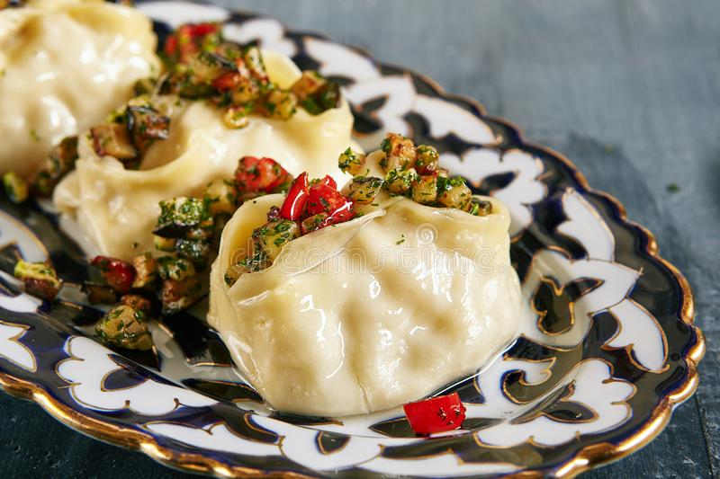 Manti, Mantu of Manty met Fried Vegetables stock afbeeldingen